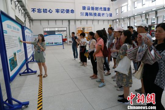 记者编辑在中科院三亚深海所了解中国深海科学与工程新进展。 吴天军 摄