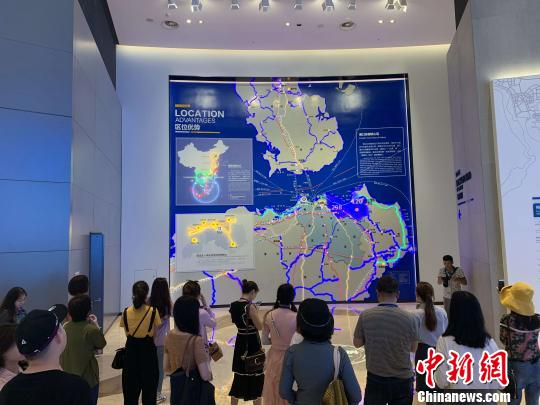 记者编辑在海口江东新区规划馆了解江东新区的未来发展。 王子谦 摄