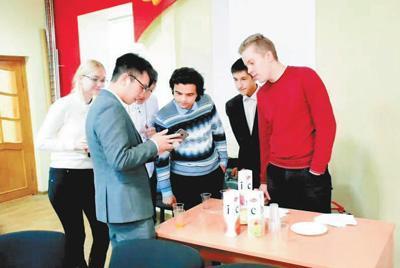 中俄青年交流论坛上,莫斯科大学中国留学生正和俄罗斯青年学生交流。莫斯科大学中国学生学者联合会供图