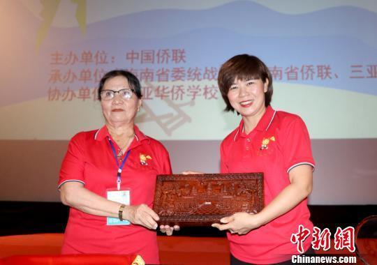 三亚华侨学校和柬埔寨暹粒省公立中山学校签订友好学校合作意向书。 陈苏琤 摄