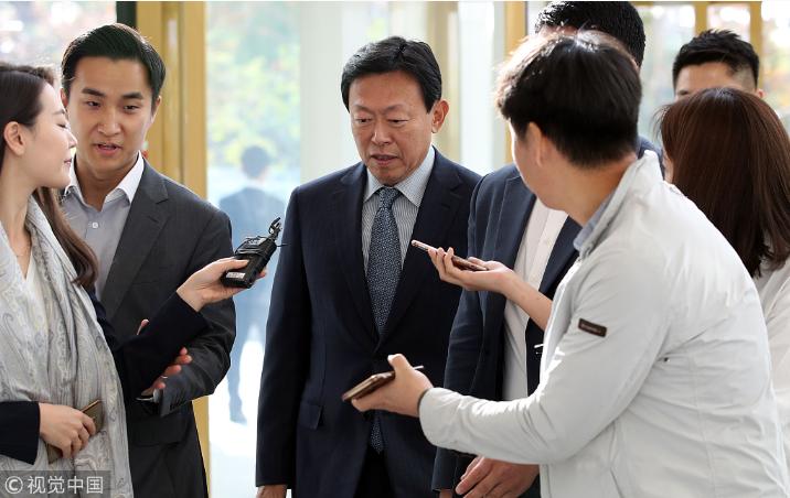 韩国乐天会长辛东彬获释后上班 曾贿赂前总统朴槿惠