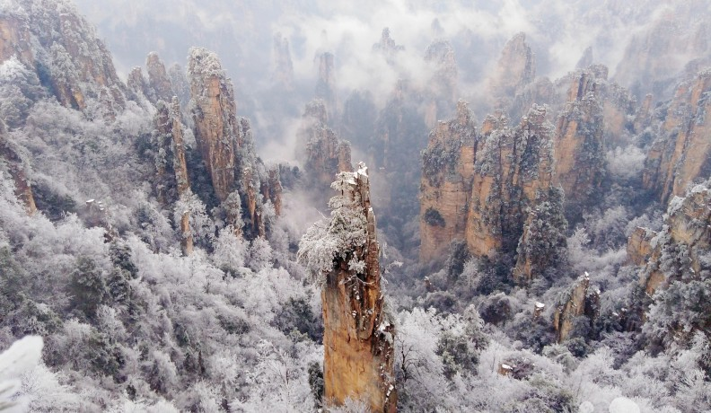 张家界:雾凇冰挂云海美景同现 武陵源春雪惹人醉