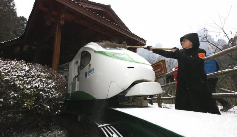 张旅集团十里画电观光电车分公司:清理积雪保畅通